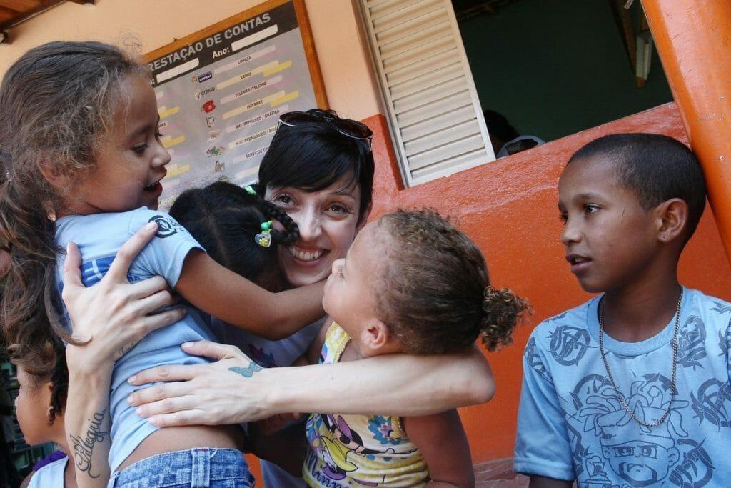 como ajudar crianças carentes